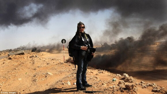 New York Times photographer Lynsey Addario stands near the frontline in Ras Lanuf, Libya.(Photo: Getty Images)