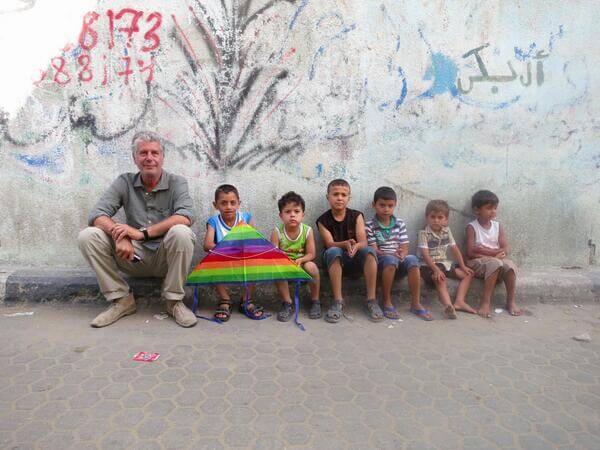Anthony Bourdain with a group of local kids in Gaza. (Screenshot via @HelenCho)