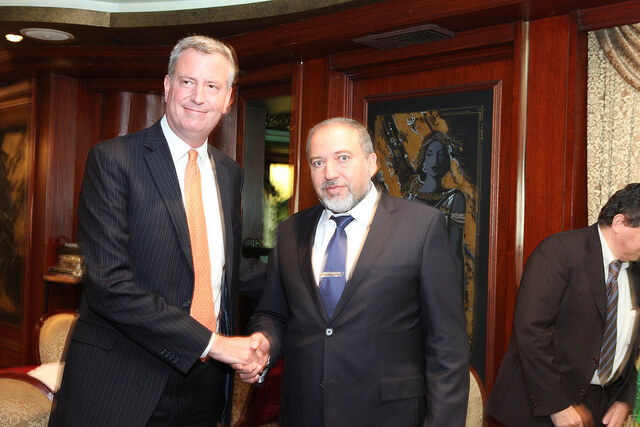 Democratic candidate for mayor Bill de Blasio shakes hands with then-Israeli Foreign Minister Avigdor Lieberman (Photo: Bill de Blasio/Flickr)
