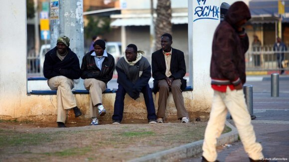 African refugees sit outside of Tel Aviv's central bus station. (Photo: picture-alliance/dpa)