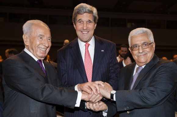 Mahmoud Abbas,  John Kerry and Shimon Peres shake hands at the World Economic Forum on the Middle East and North Africa 2013, in Amman, Jordan. May 26, 2013. (Photo: FLASH90)
