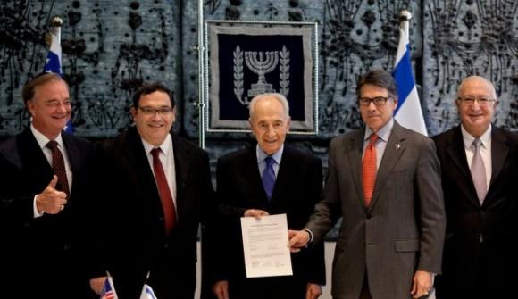From left: Texas A&M Chancellor John Sharp, Israeli Education Minister Shay Piron, Shimon Peres, Texas Gov. Rick Perry and Prof. Manuel Trajtenberg. (Photo: AP)