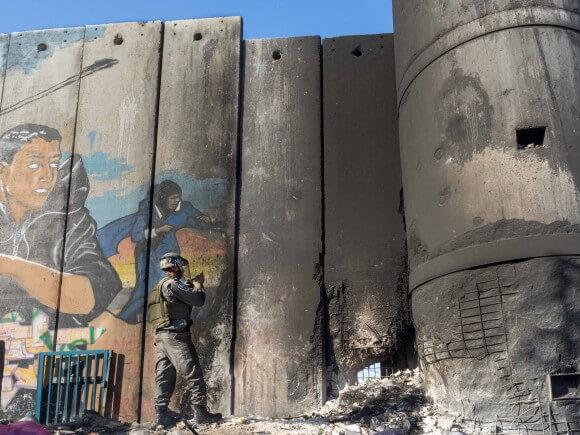 Israeli rorder Policeman examines the damage. (Photo: Dan Cohen)