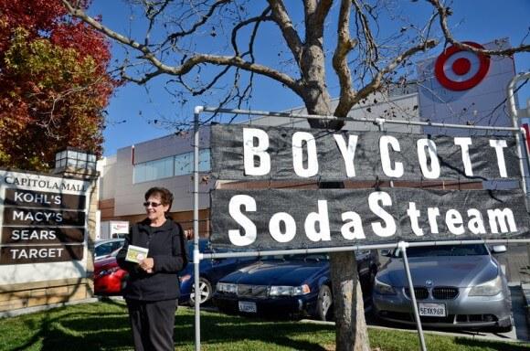 Protesters call for boycotting SodaStream outside a Santa Cruz mall. (Photo:  Alex Darocy/Indybay)