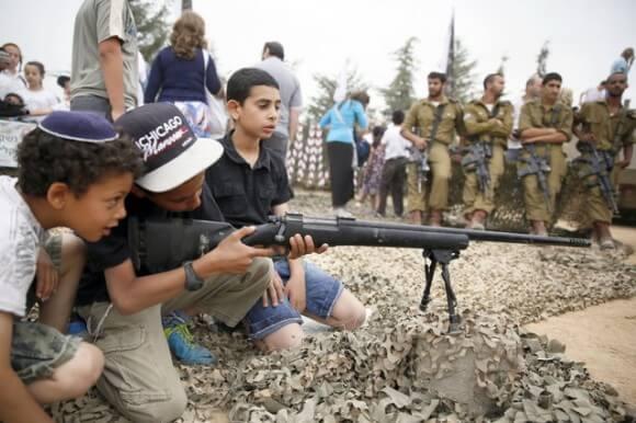 Photo of children celebrating Israeli independence in Efrat 2014
