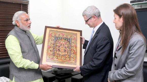 Narendra Modi, left, meets Israeli Ambassador to India Alon Ushpiz, center, in January 2013 (Photo: http://www.narendramodi.in/)