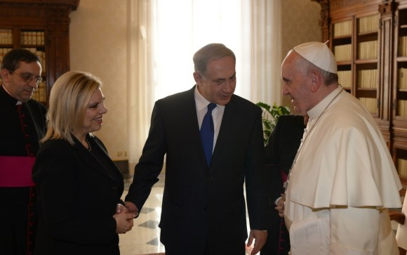 Pope Francis (R) talks with Israeli Prime Minister Benjamin Netanyahu (C) and his wife Sara (L) during their meeting at the Vatican, December 2, 2013. Netanyahu is on a visit to Italy, which included a meeting with Pope Francis at the Vatican. Photo by Amos Ben Gershom/GPO/Flash90