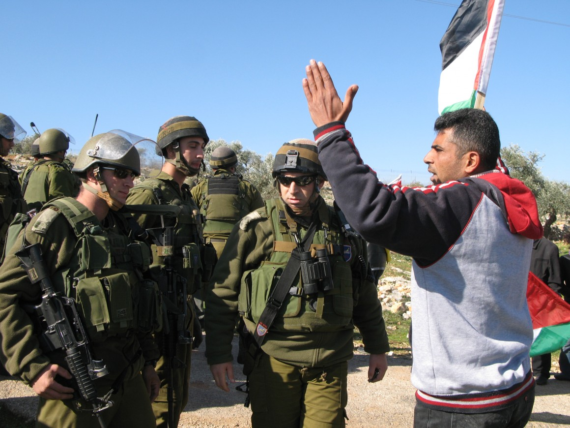 Iyad Burnat speaking to Israeli soldiers in Bil'in (Photo: Haitham Katib)