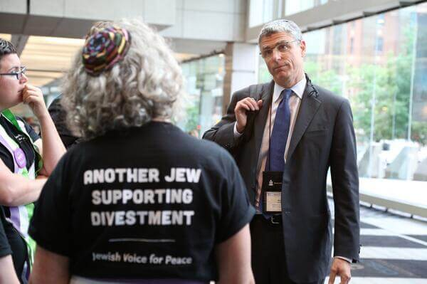 Reform Jewish leader Rick Jacobs speaking to Jewish Voice for Peace members at the Presbyterian convention. (Photo: @lizaveta9/Twitter)