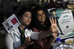 Assaf Fans flash 3 fingers (photo thetimes.co.uk)