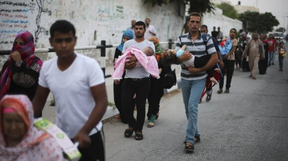 Palestinians flee their homes following heavy Israeli shelling during an Israeli ground offensive east of Khan Younis, in the southern Gaza Strip July 23, 2014. (Photo: REUTERS/Ibraheem Abu Mustafa)