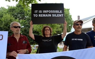 Ellen Davidson holding a sign at a a vigil for Palestinian rights. (Photo: Carl Strock/The Indypendent)