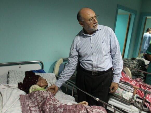 Basman Alashi, director of el-Wafa Hospital in Gaza City treats a patient. (Photo: Joe Catron/ABC News)