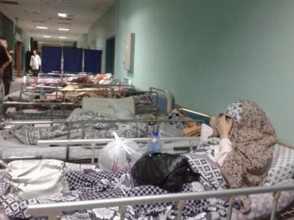 Terrified patients in the corridors of the hospital to avoid attacks. (Photo: @ Valeria Cortes)