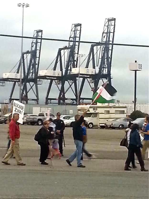 Pickets reassembled when the Zim Piraeus snuck back into the Port of Oakland on Tuesday evening, Aug. 19 (photo: Henry Norr)