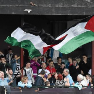 Dundalk supporters wave a Palestine flags against Athlone (photo: Independent.IE)