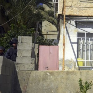 Israeli police guard alleyway leading to entrance of Palestinian home Jewish settlers moved into. Sept. 30, 2014 (AP Photo/Mahmoud Illean)