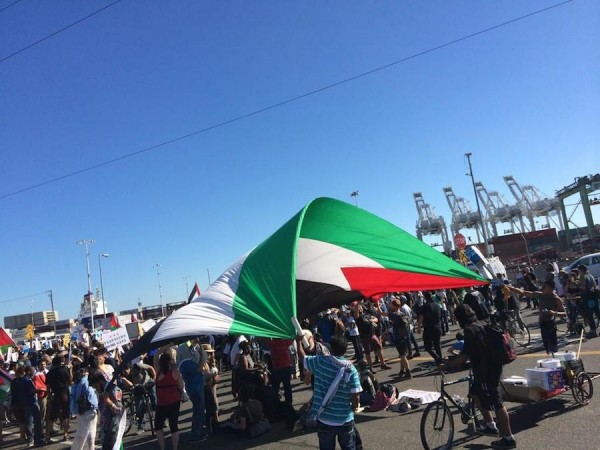 Protesters at the port of Oakland. (Photo: Block the Boat Coalition)