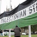 Pro-Palestinian supporters position a giant banner calling for a recognised Palestinian State, in Parliament Square, central London on October 13, 2014. (Photo: AFP/Leon Neal)