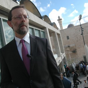 Moshe Feiglin speaking before supporters outside of the checkpoint to the Haram al-Sharif, Temple Mount, October 30, 2014. (Photo: Allison Deger)