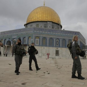 Israeli border police officers walks in front of the Dome of the Rock on the compound known to Muslims as Noble Sanctuary and to Jews as Temple Mount in Jerusalem's Old City November 5, 2014. (Photo: Ammar Awad/Reuters)