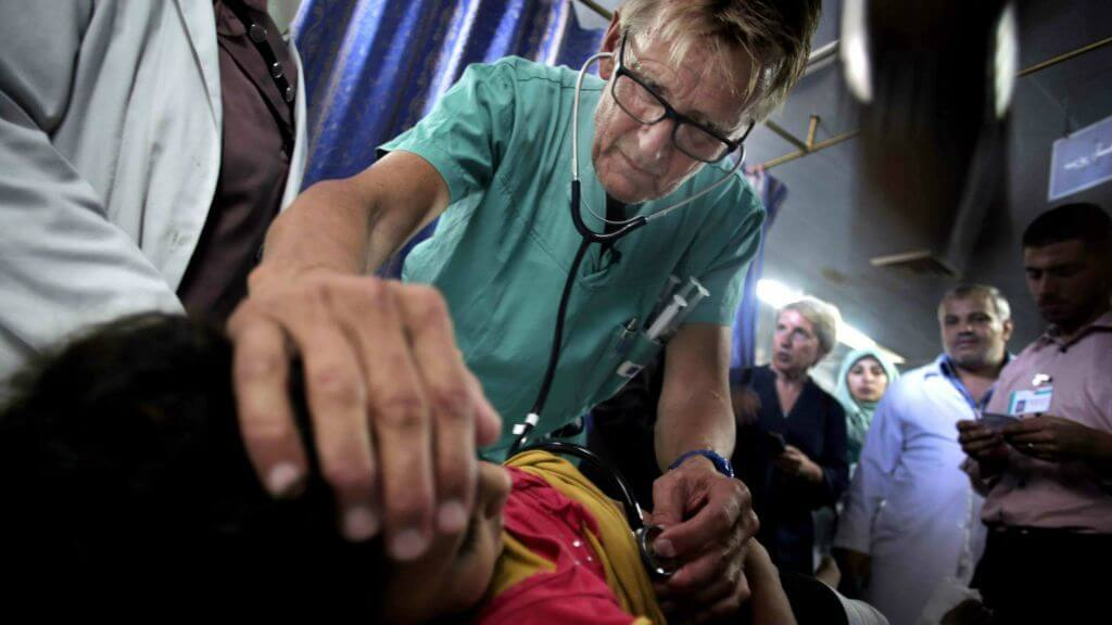 Mads Gilbert treats a Palestinian girl in the emergency room of the Shifa Hospital in Gaza City. (Photo: AP/Khalil Hamra)