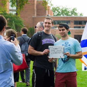 Northwestern students  pose for pictures with a sign explaining their support for Israel at a solidarity picnic in September 2014 (Photo: Sean Su/Daily Senior Staffer)