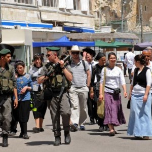 Israeli border police guard a group of Israeli tourists walking near the Ibrahimi Mosque/Cave of the Patriarchs in Hebron, West Bank, April 16, 2014, during the festival of Passover. (Photo: UPI/Debbie Hill)