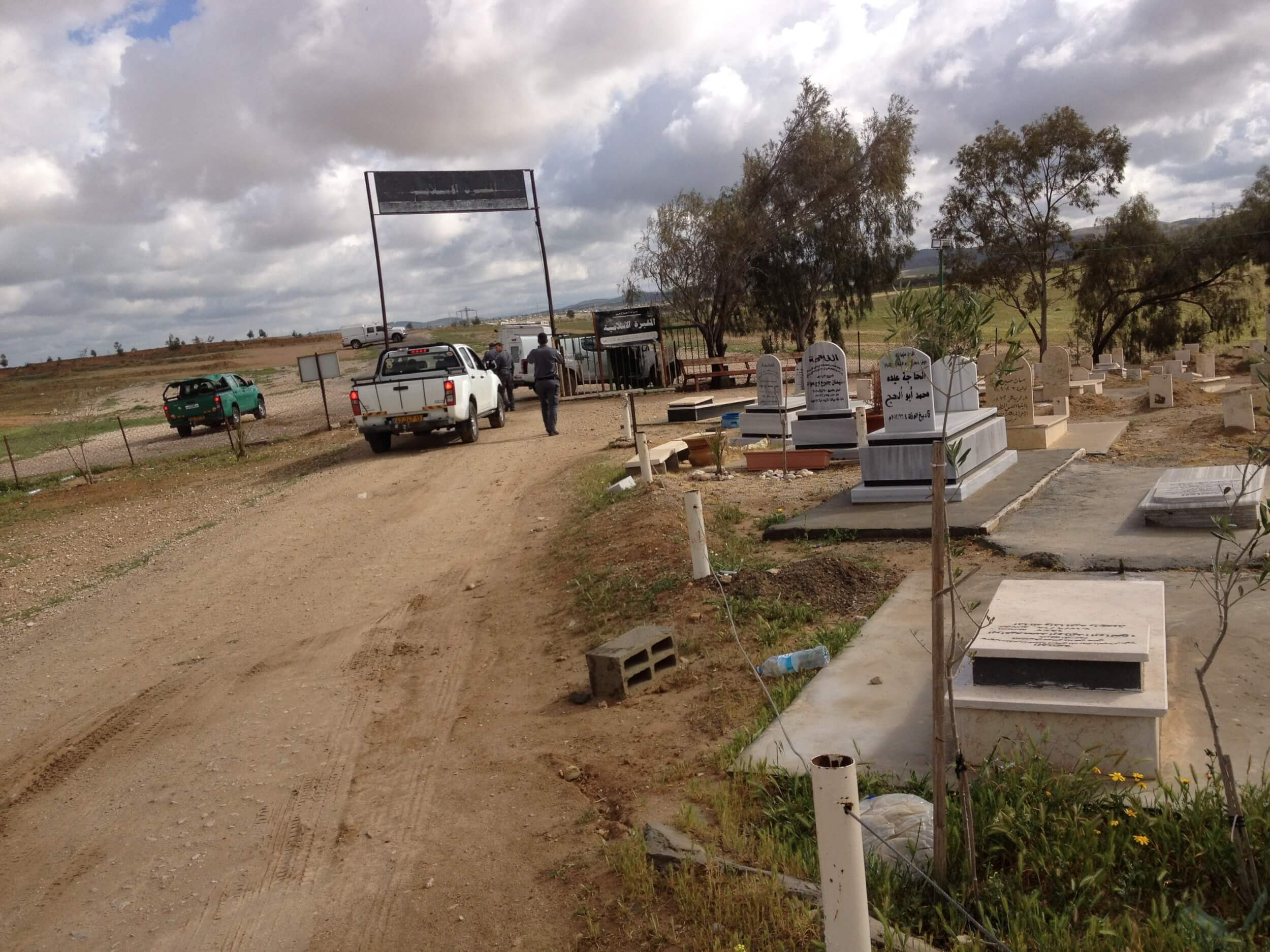 Israeli authorities enter al-Araqib village and its cemetery. (Photo: Rabbis for Human Rights)