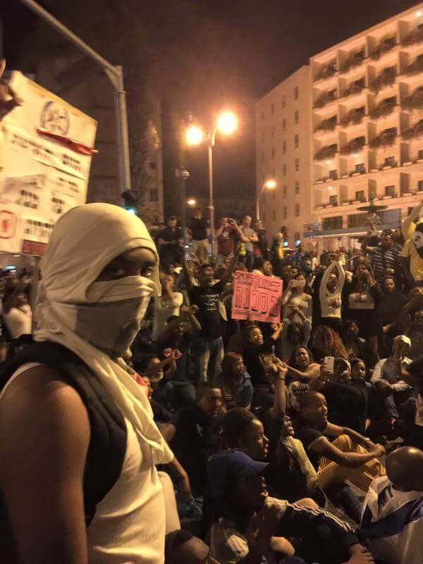 Ethiopian Israelis protesting police brutality outside of Netanyahu's house, in Jerusalem on April 30 (Photo: Keren Simons)