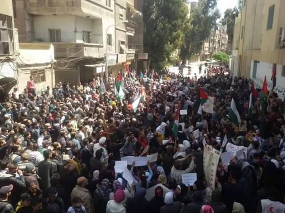 Demonstration in front of United Nations building in Yarmouk refugee camp, April 26, 2015. (Photo: Yarmouk63 Radio)