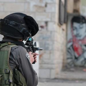 Border police officer aims rifle, Aida refugee camp. (Photo: Dan Cohen)