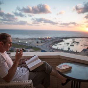 Cigar-smoking Robert Turner in Gaza City, photo in New York Times by Wissam Nassar