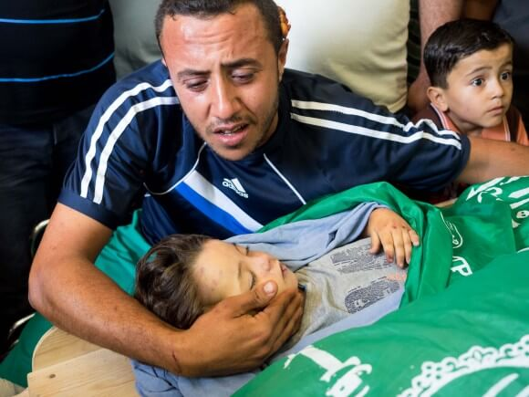 Yahya Hassan with the body of his daughter Rahaf, 2, photo by Dan Cohen