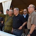 Prime Minister Benjamin Netanyahu (center) and Defense Minister Moshe Ya'alon (right) in September 2015. (Photo: Ariel Harmoni/Defense Ministry)