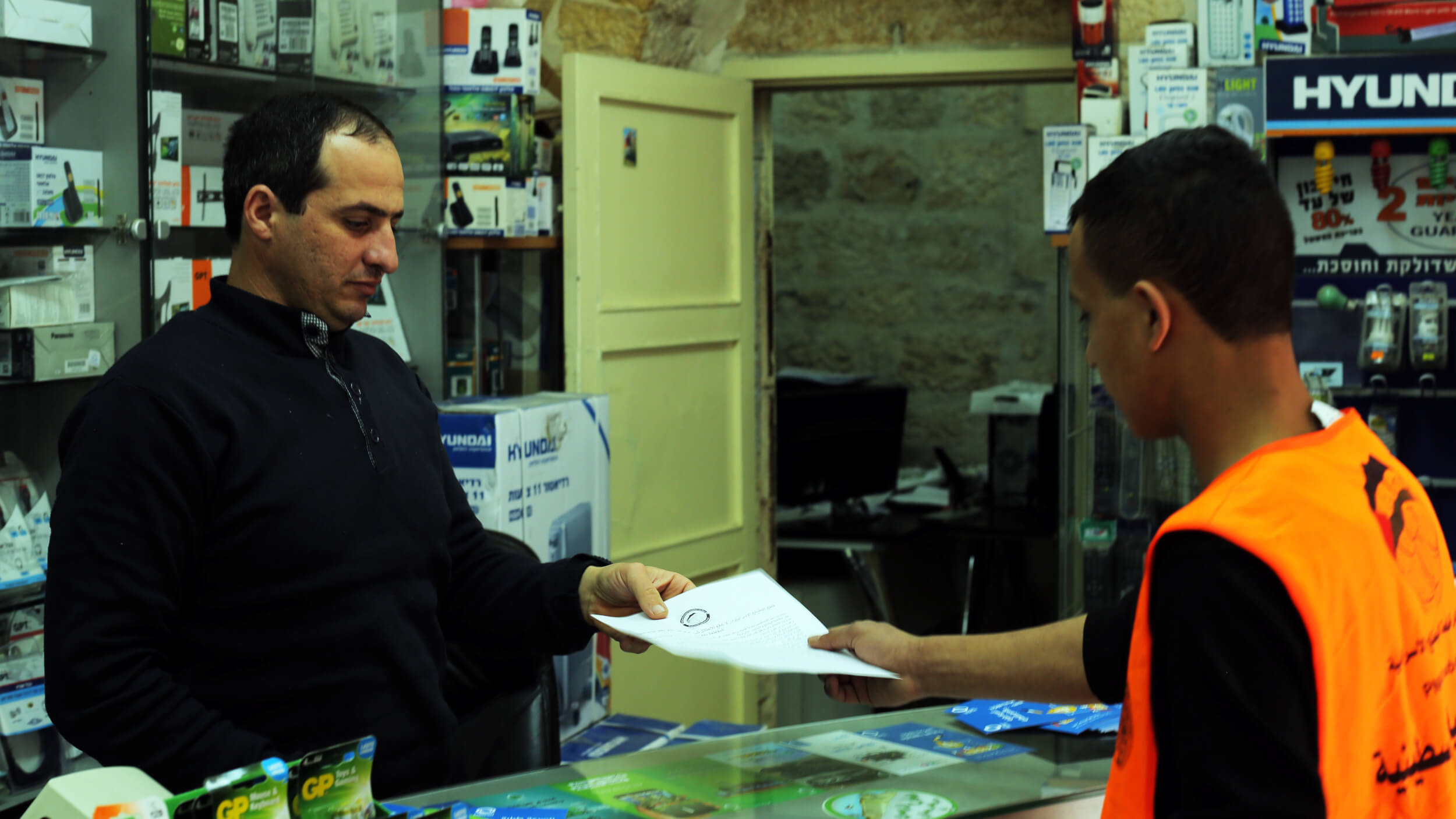 Marchers handed out flyers and took time to speak with business owners about the BDS movement (Photo: Abed al Qaisi)
