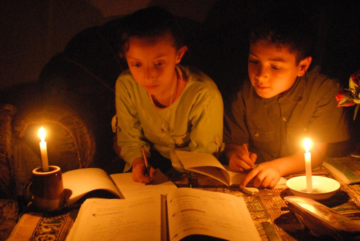 Children study by candlelight due to the power crisis in Gaza. (Photo: Isra Saleh El-Namy)