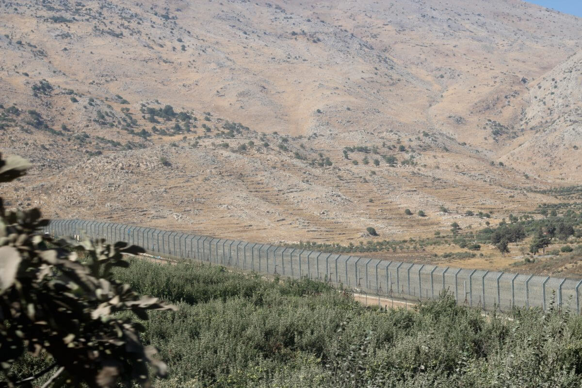 A fence marks what Israel considers the border between Israel and Syria. (Photo: Aaron Cantú)