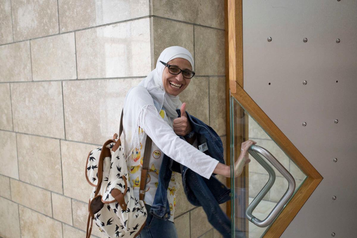 Dareen Tatour at the Nazareth Court House on September 9, 2016. (Photo: Oren Ziv, Activestills)