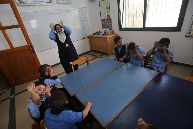 Hiba Shurafa teaches elementary schoolers during an art class. (Photo: Mohammed Asad)