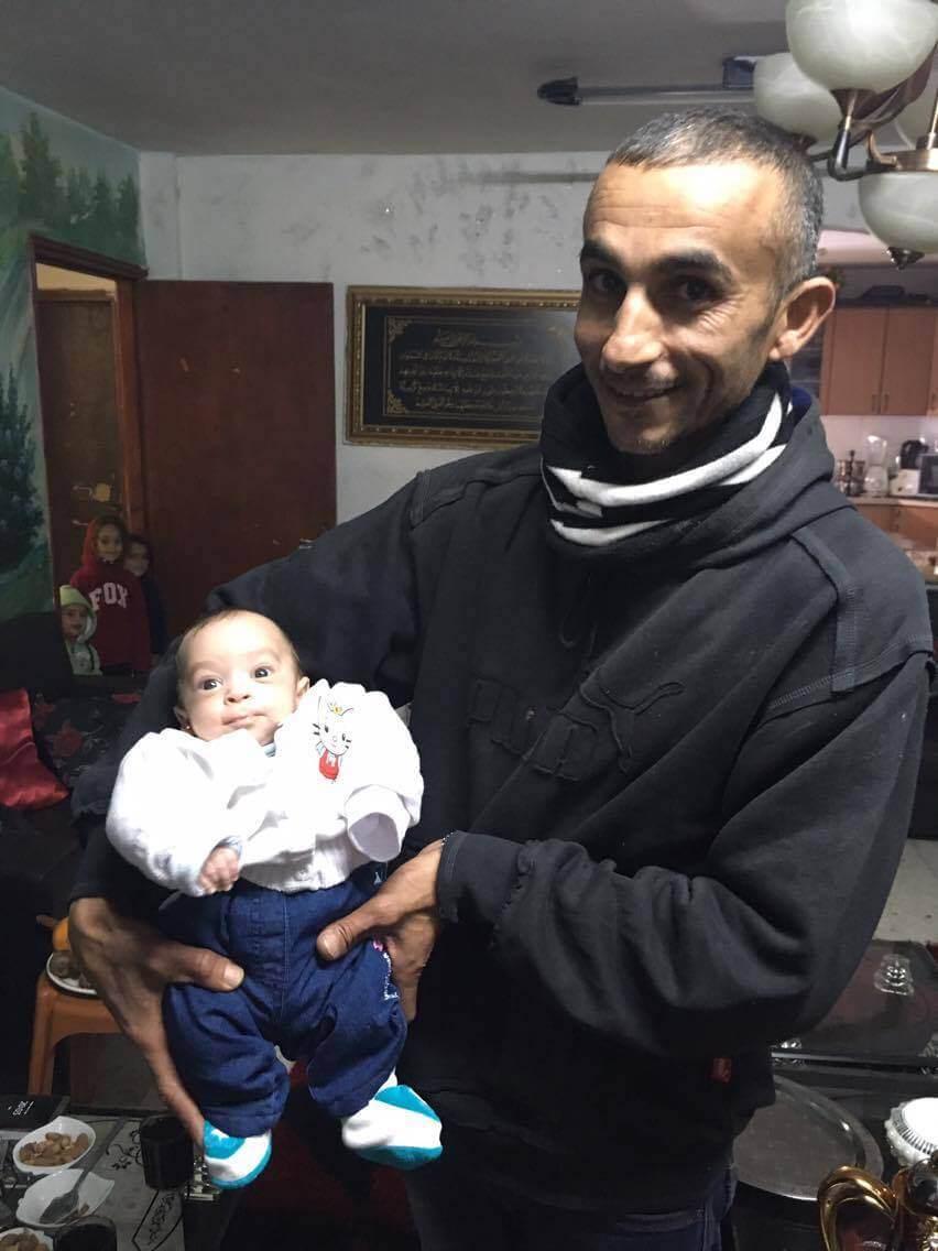 Hassan Abu al-Qi'an holds one-month-old Jowan Abu al-Qi'an. (Photo: Mersiha Gadzo)