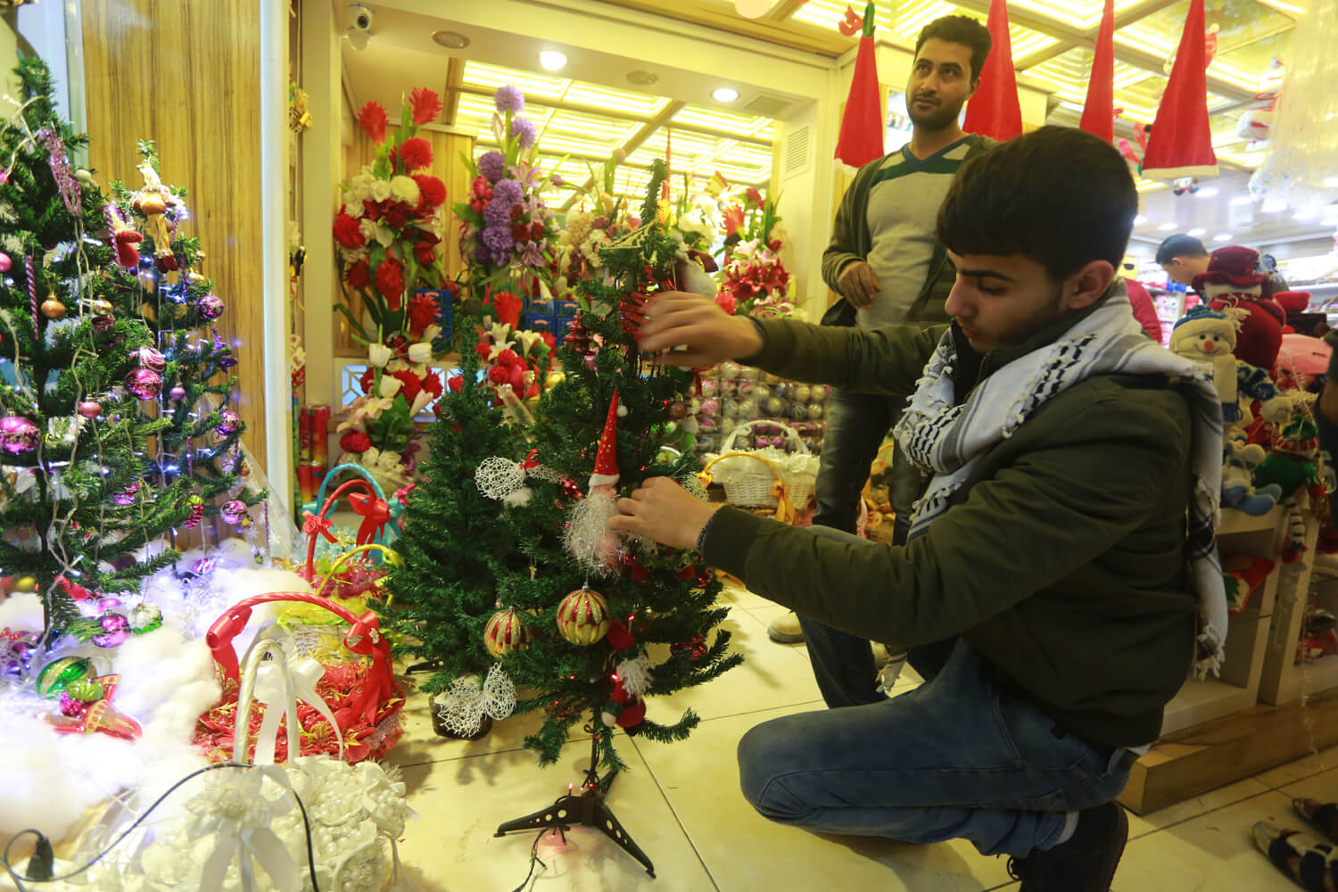 Vendor equips a holiday Christmas tree (Photo: Mohammed Asad)