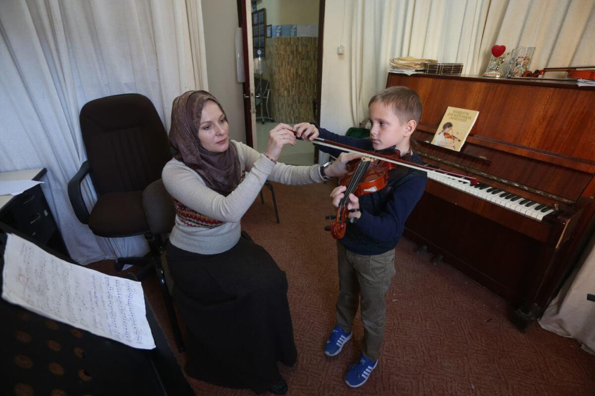 Violin lesson (Photo: Mohammed Asad)