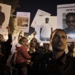 African migrants demonstrate in Jerusalem on April 4, 2018 against Israel's Prime Minister's cancellation of an agreement with the United Nations aimed at avoiding forced deportations of thousands of African migrants.
