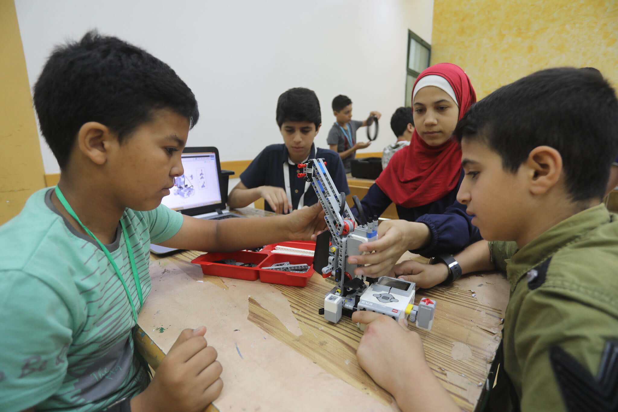 Youth learn the fundamentals of robot manufacturing in the Child Centre - Gaza Qattan Foundation
