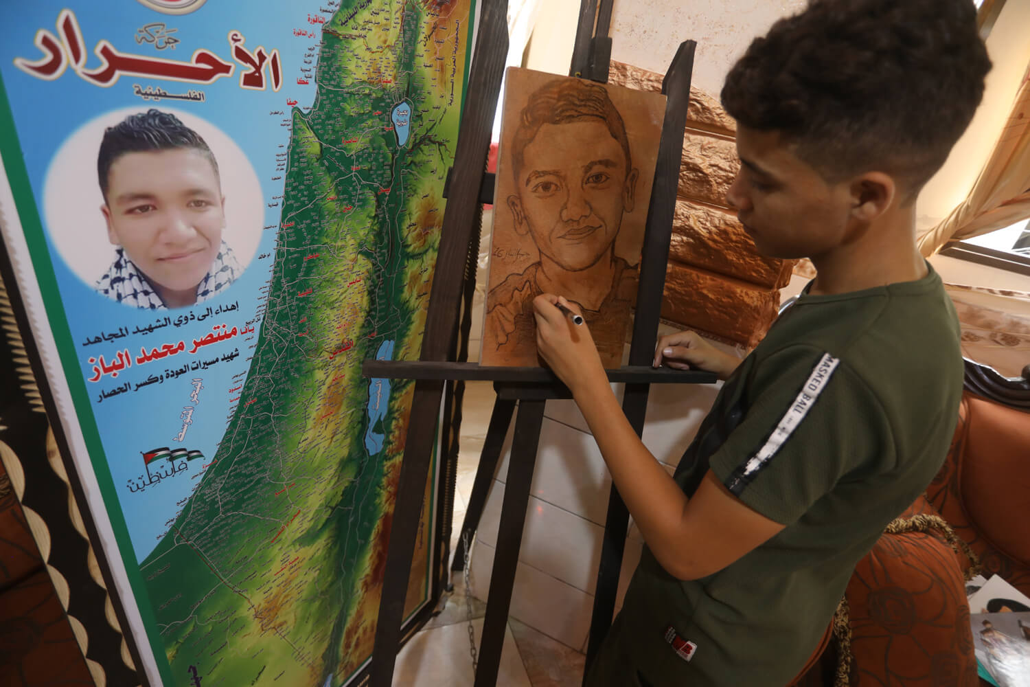 Jamil drawing a portrait of his brother, Muntaser al-Baz. (Photo: Mohammed Asad)