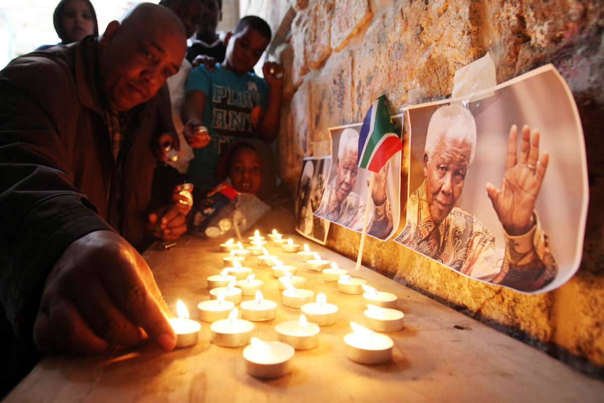Palestinians gather at a candle memorial for late South African President Nelson Mandela in the African quarter of Jerusalem's Old City, 07 December 2013. (Photo: Saeed Qaq/APA Images)