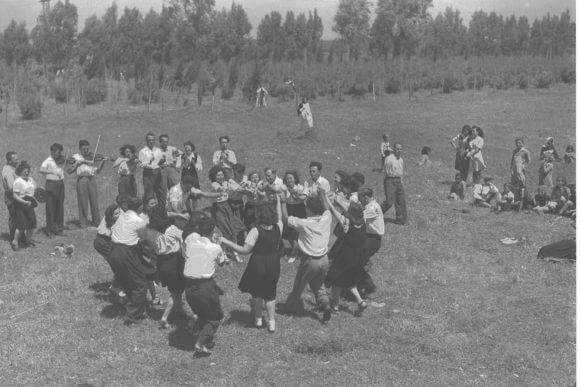 A folk dance troupe in Kibbutz Dalia, January 5, 1945. (Photo: National Photo Collection of Israel, Photography dept. GPO)