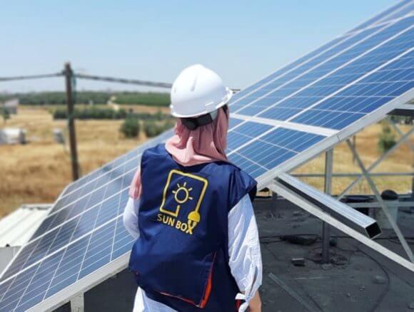 Majd Mashharawi installs a solar panel. (Photo: Instagram/SunBox)