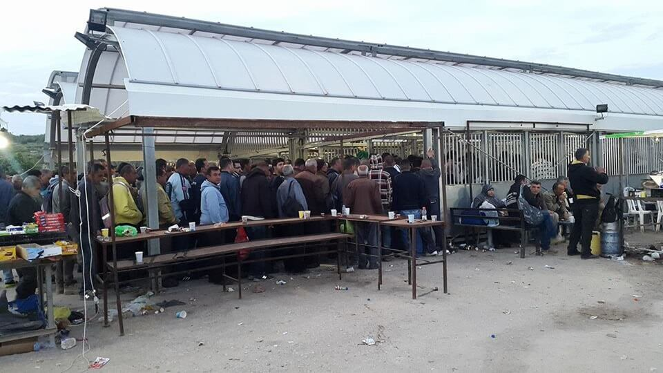 Palestinian workers at the Tayba checkpoint (Photo: The Palestine New Federation of Trade Unions)